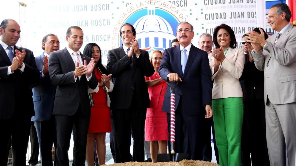 Inicio construcción Ciudad Juan Bosch. Presidente Medina da primer palazo