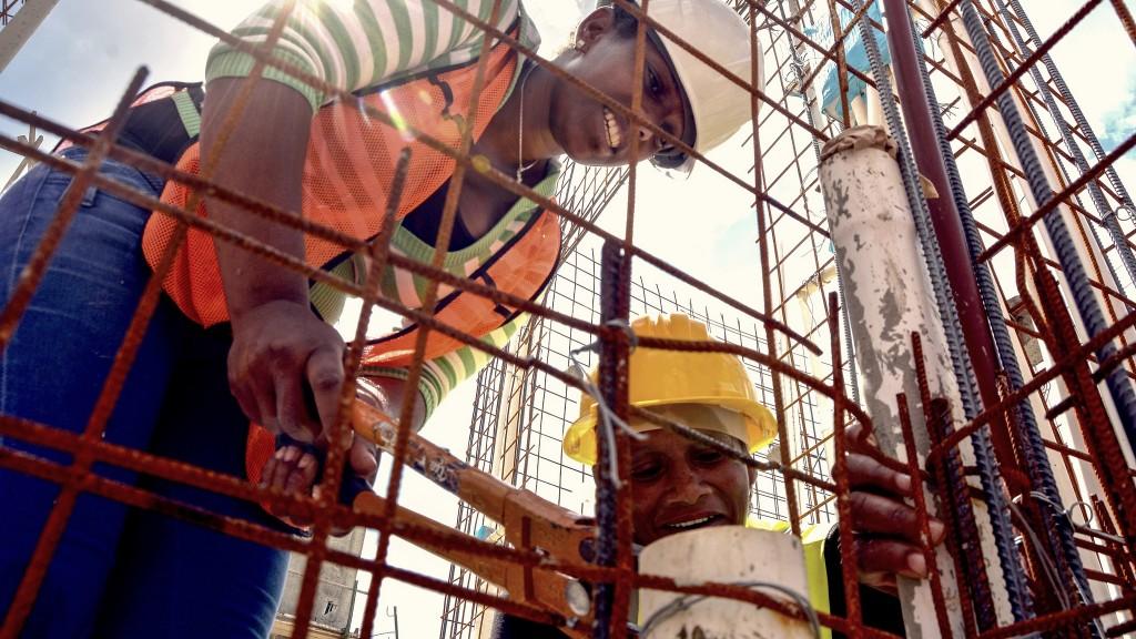 Mujeres y hombres trabajan en la construcción de sus propias viviendas en La Barquita