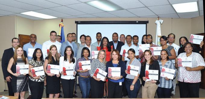Participantes reciben diplomas