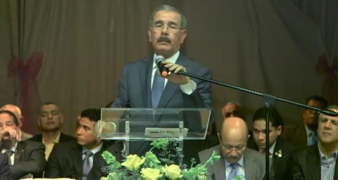 El presidente Danilo Medina mientras hablaba en el encuentro comunitario en la escuela Hermanas Mirabal del Alto Manhattan