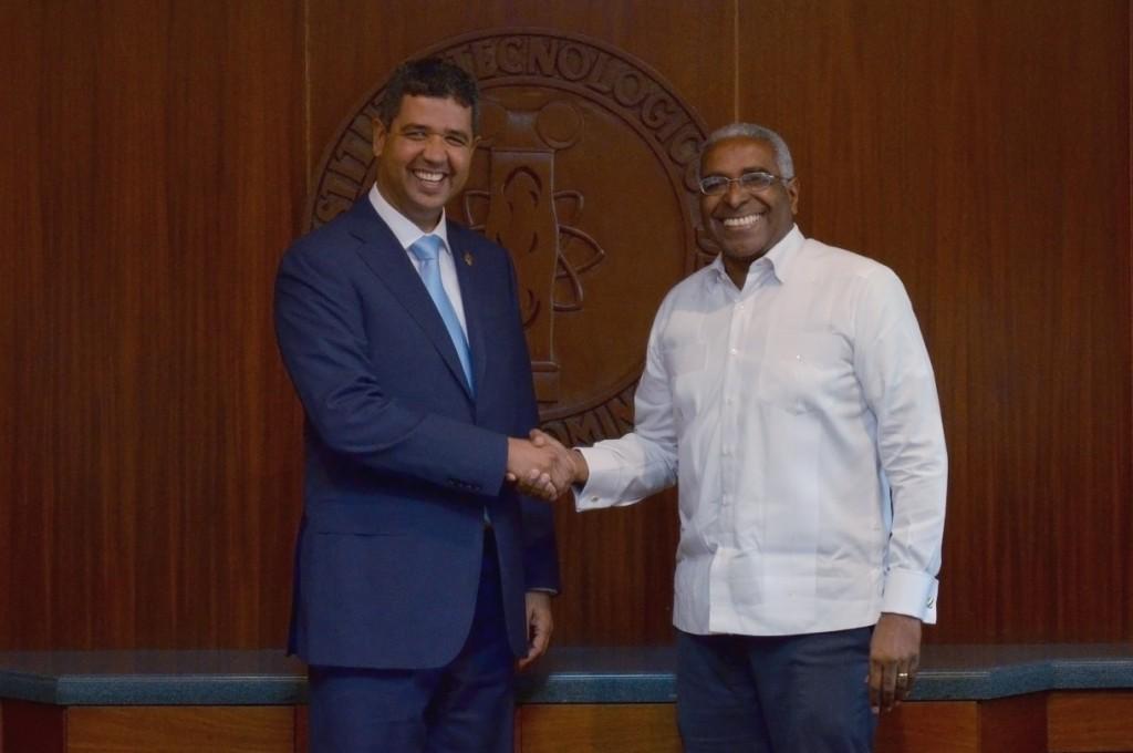 Hector Breton y Rolando M. Guzman, tras la firma del convenio