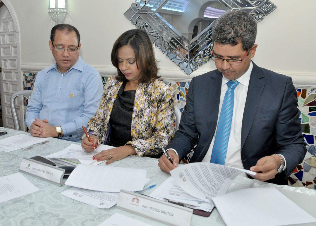 Imponiendo-sus-firmas,-la-Dra.-Anina-Del-Castillo-e-Ing.-Héctor-Bretón
