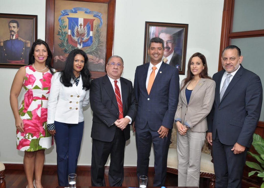 El ministro de Trabajo, Ramón Fadul, recibe directiva de ACOPROVI