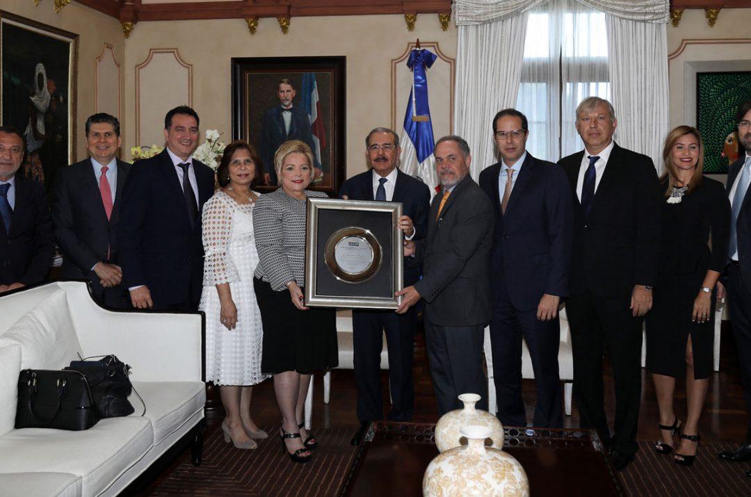 ADOCEM-reconoce-a-Danilo-Medina-por-energizar-la-construcción