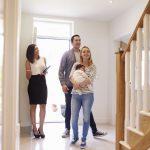 Familia-observa-una-vivienda