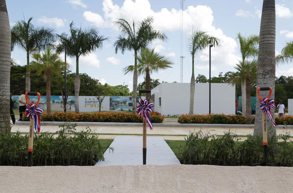 Danilo-Medina-da-primer-palazo-proyecto-habitacional-Higüey-City-Homes