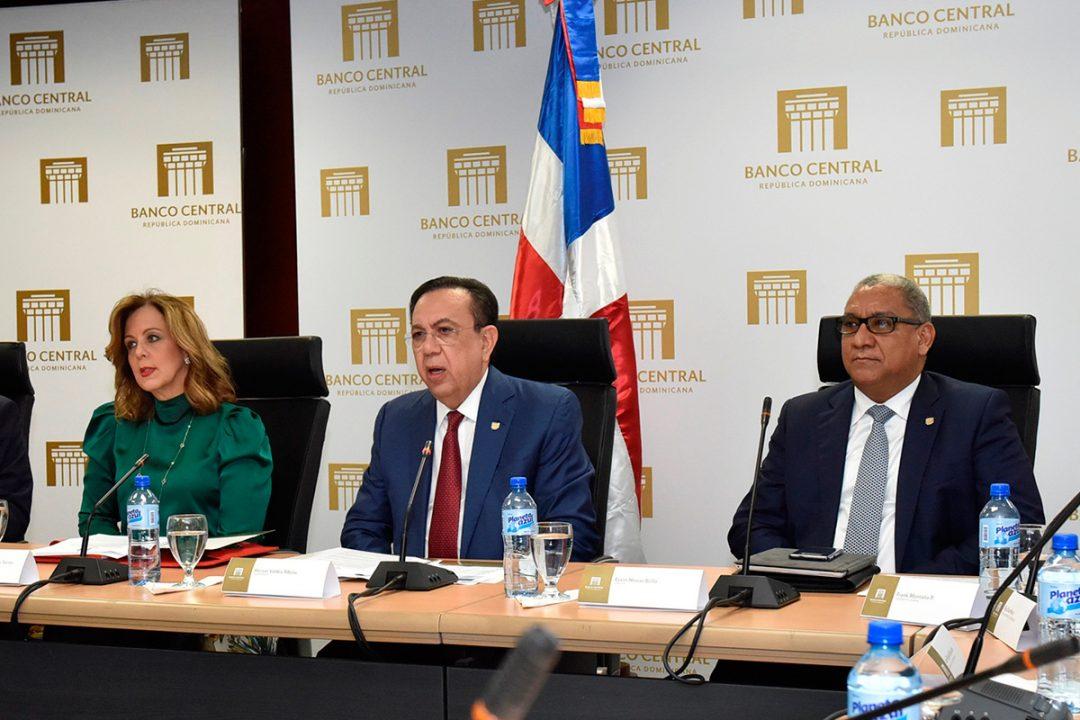 Héctor-Valdez-Albizu-acompañado-de-funcionarios-del-Banco-Central