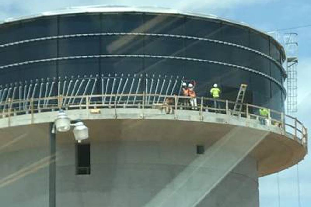 colocación-planchas-en-acero-vitrificado-de-la-quinta-línea-del-tanque,-capacidad-para-un-millón-600-mil-galones-de-agua-potable-en-la-Ciudad-Juan-Bosch
