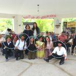 La presidenta de Cementos Cibao, Cruz Amalia Rodríguez, junto a los adultos mayores y los artistas