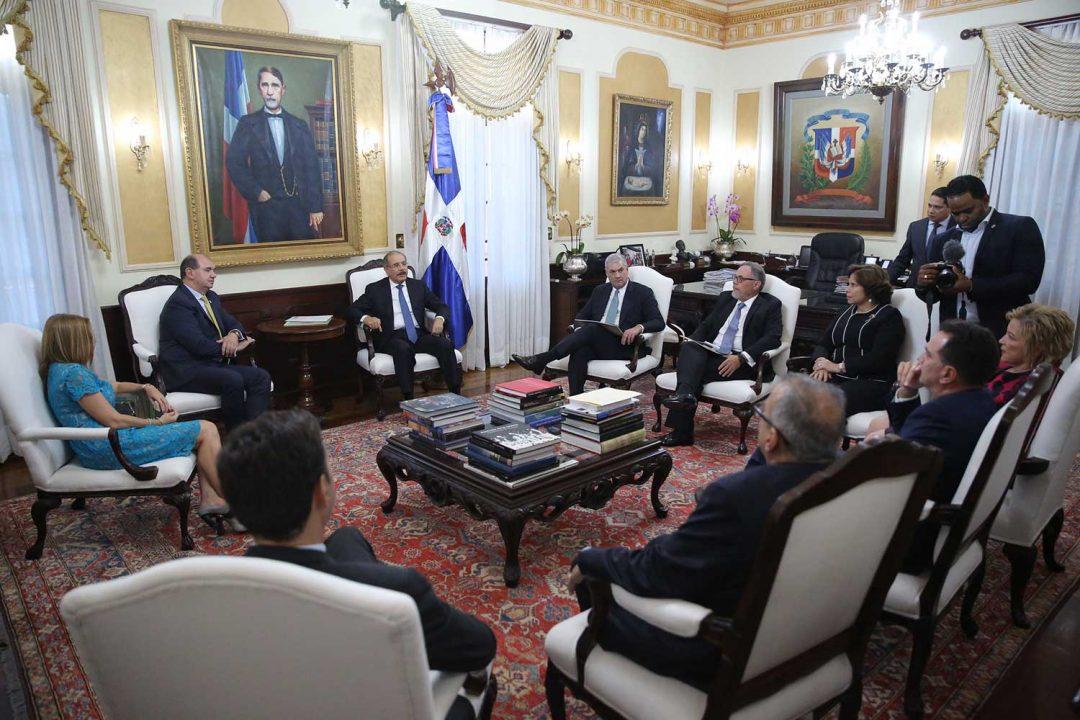 En-visita-al-Palacio-Nacional,-productores-de-cemento-llevan-buenas-noticias-al-presidente-Danilo-Medina