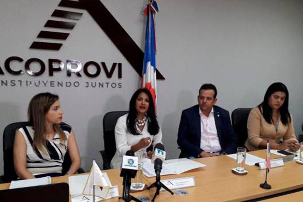 María-Gatón,-presidenta-de-Acoprovi,-habla-durante-una-rueda-de-prensa-con-líderes-del-sector-vivienda